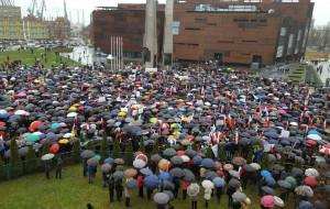 Kilka tysięcy uczestników wiecu Obywatele dla Demokracji pod stocznią