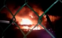 Nocny pożar centrum samochodowego przy al....
