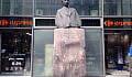 Pomnik Kwiatkowskiego nadal wśród reklam
