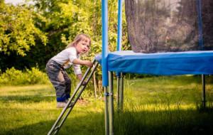 Trampolina lub basen w ogrodzie? Sprawdź, na co uważać