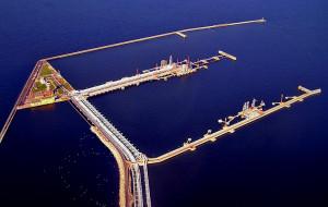 Port odwrócony plecami do mieszkańców