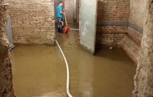 Piwnice Ratusza przy Długiej wciąż zalane
