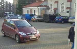 Dziki parking z wjazdem przez pasy