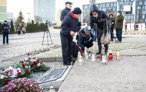 Mieszkańcy składają kwiaty pod Pomnikiem Poległych Stoczniowców