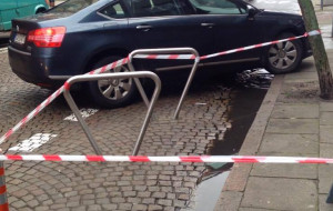 Stojaki na ulicy, żeby rowerzyści zjechali z chodnika
