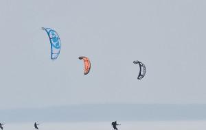 Kitesurfing na śniegu obok lotniska