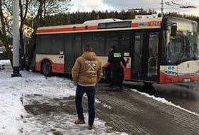 Autobusy ślizgają się na oblodzonej pętli na Karwinach