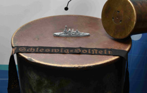 Wielka łuska z niemieckiego pancernika w Muzeum Westerplatte