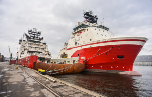 """""""Bezrobotne"""" statki cumują w Gdyni"""