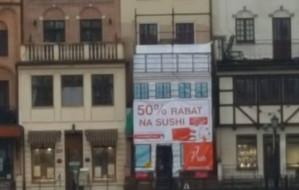 Nielegalna reklama szybko zniknęła z kamienicy w centrum Gdańska