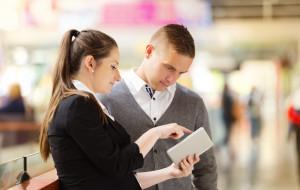 Wabienie klientów w centrach handlowych. Czy to przystoi bankom?