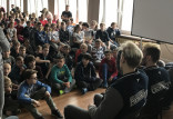 Mistrzowie Polski juniorów w hokeju na lodzie odwiedzili dawną szkołę i młodych sportowców
