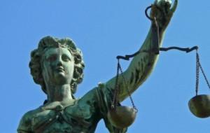 Stanie przed sądem za zabójstwo ojca
