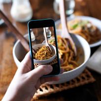 Nie gap się w telefon, rozmawiaj - namawiają restauratorzy