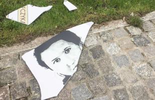 Zniszczono tablicę przy pomniku