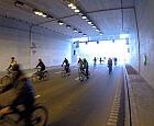 Potok rowerzystów w tunelu pod Martwą Wisłą