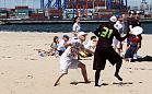Frisbee na plaży w mistrzowskim wydaniu