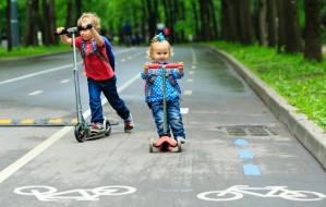 Spacerowicze ich nie chcą, rowerzyści przeganiają. Za hulajnogę czy rolki na ścieżce dostaniesz mandat