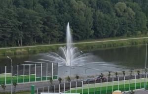 Testy fontanny na zbiorniku przy Trasie Słowackiego