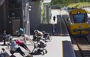 """Nietypowy trening na przystanku PKM. """"Mamusie potrafią wykorzystać każdą infrastrukturę"""""""