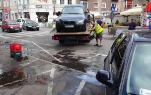 Straż miejska usuwa źle zaparkowane auta na jarmarku