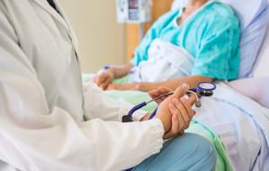 Ile wydają szpitale na leczenie nieubezpieczonych cudzoziemców?