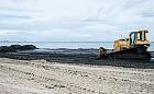 Ciemny osad na sopockiej plaży niepokoi spacerowiczów