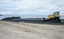Ciemny osad na sopockiej plaży niepokoi...