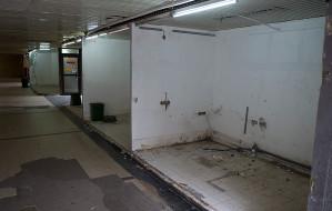 Koniec boksów handlowych w tunelu obok LOT-u