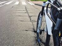 Rozpadlina w jezdni groźna dla rowerzystów