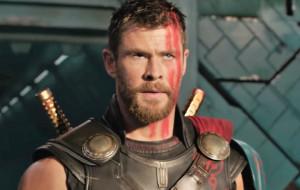 """Kolorowa odtrutka na szarą jesień. Recenzja filmu """"Thor: Ragnarok"""""""