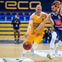 Lider ligi koszykarzy obronił się w Gdyni
