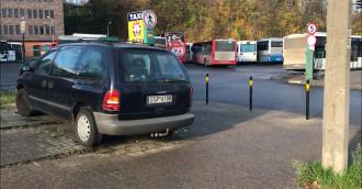 Auto otoczone słupkami przy dworcu PKS
