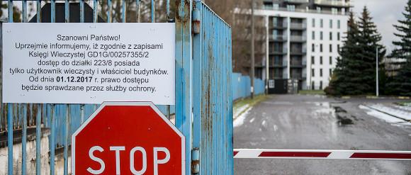 Szlaban strzeże jedynego wjazdu na osiedle w Oliwie