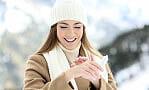 Suche dłonie zimowym problemem. Jak o nie zadbać?