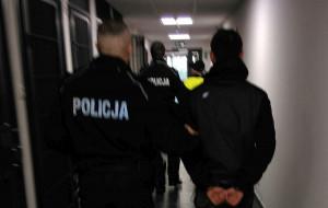 Kradli paczki, policjant zauważył ich przez okno
