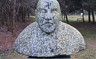 Swastyka na popiersiu Güntera Grassa w parku Reagana