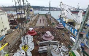 """Wielkie """"stopy"""" z Energomontażu Północ Gdynia popłynęły do Rotterdamu"""