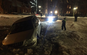 Auto wjechało do stawu na osiedlu we Wrzeszczu