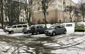 Wzgórze: samochody rozjeżdzają zielony plac