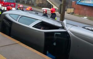 Samochód dachował na torach SKM