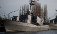 """Dawny okręt rakietowy ORP """"Metalowiec"""" zaczął nabierać wody w porcie wojennym w Gdyni"""