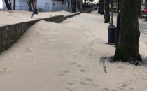 Sopot: wiatr przesypał piasek do Parku...