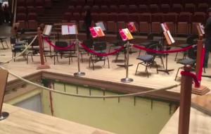 Nietypowy koncert na dziurawej scenie