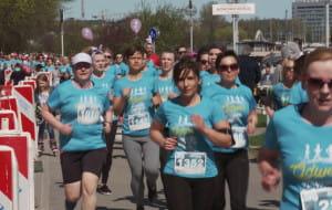 Niebieska fala kobiet na bulwarze Nadmorskim w Gdyni