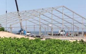 Duża hala powstaje na plaży w Sopocie