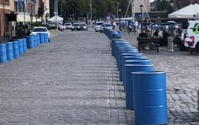Beczki na ulicy ograniczą ruch w centrum Gdańska
