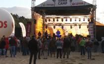 Koncert przy porywistym wietrze na plaży w...