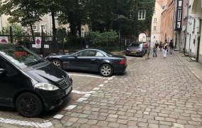 Przez niedopatrzenie urzędników chodnik w centrum zamienił się w parking