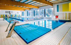 Basen alternatywą dla kąpielisk. Dokąd iść pływać z dzieckiem?